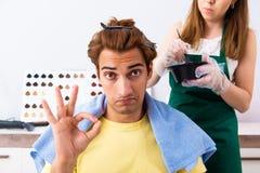 Kobieta fryzjer stosuje barwidło mężczyzny włosy obraz stock