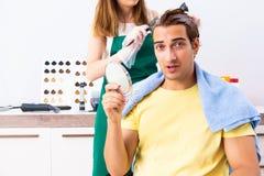 Kobieta fryzjer stosuje barwidło mężczyzny włosy zdjęcie royalty free