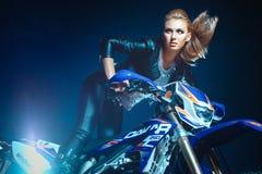Kobieta góruje nad motocyklem Obraz Royalty Free