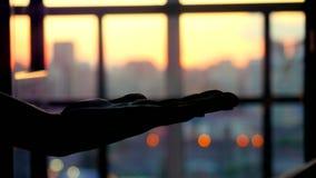 Kobieta gest otwarty oddawał zamazanego miasto przestrzeni tło ludzkiej ręki ekspresowa pusta przestrzeń na plamy miastowym nowoż zbiory