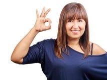 Kobieta gestykuluje ok szyldową rękę odizolowywającą Obraz Royalty Free