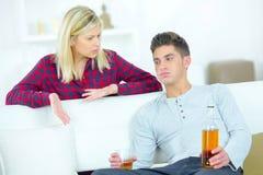Kobieta gniewna że chłopak pijący zdjęcie royalty free