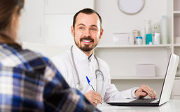 Kobieta gościa konsultacja z mężczyzna lekarką obrazy royalty free