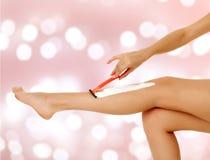 Kobieta goli jej nogę Fotografia Stock