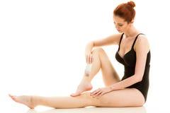 Kobieta goli ona nogi z elektryczną żyletką Fotografia Royalty Free