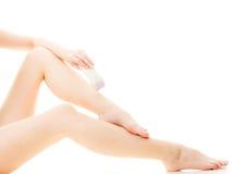 Kobieta goli ona nogi z elektrycznym depilatorem Zdjęcia Royalty Free