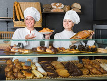 Kobieta gotuje demonstrować ciasto w kawiarni i sprzedawać Obraz Stock