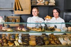 Kobieta gotuje demonstrować ciasto w kawiarni i sprzedawać Fotografia Stock