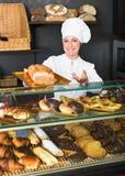 Kobieta gotuje demonstrować i sprzedawać klienta ciasto Obraz Royalty Free