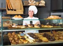 Kobieta gotuje demonstrować i sprzedawać klienta ciasto Obraz Stock