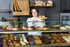 Kobieta gotuje demonstrować i sprzedawać klienta ciasto Obrazy Stock