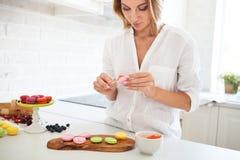 Kobieta gotuje domowej roboty macarons Fotografia Stock