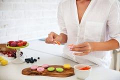 Kobieta gotuje domowej roboty macarons Obrazy Royalty Free