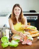 Kobieta gotuje hiszpańskie kanapki Zdjęcie Royalty Free