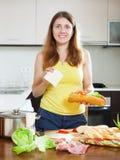 Kobieta gotuje hiszpańskie kanapki - bocadillo Fotografia Royalty Free