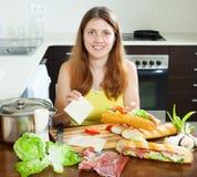 Kobieta gotuje hiszpańskie kanapki z serem Zdjęcie Royalty Free