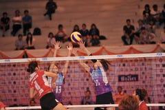 Kobieta gracze blockking piłkę Obrazy Royalty Free