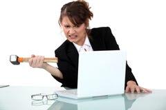 Kobieta groźny komputer z młotem fotografia royalty free