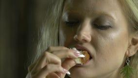 Kobieta gryźć bochenek miód zbiory wideo