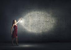 Kobieta gubjąca w ciemności Obraz Stock