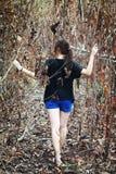 Kobieta gubjąca w lesie Obrazy Royalty Free