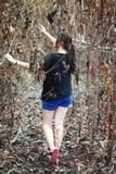Kobieta gubjąca w lesie Fotografia Royalty Free
