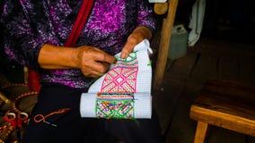 Kobieta haftuje tradycyjną rękodzieło tkaninę dla domowej roboty odziewa obrazy royalty free