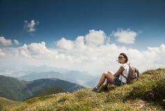 Kobieta highhiking czas dla odpoczynku na halnym wzgórzu obrazy royalty free
