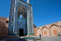 Kobieta iść czternastego wieka meczet Zdjęcie Stock