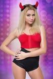 Kobieta iść iść tancerz dziewczyna jest ubranym diabłów rogi Fotografia Stock