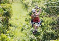 Kobieta iść na dżungli zipline przygodzie Zdjęcie Stock