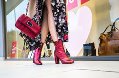 Kobieta iść na piechotę kroczenie przed butikiem Fotografia Royalty Free