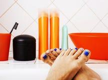 Kobieta iść na piechotę w łazience z udziałem elegancki materiał dla opieki, pedic obraz stock