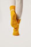 Kobieta iść na piechotę w białych pończochach i kolor żółty dziać skarpetach Obrazy Royalty Free