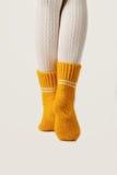 Kobieta iść na piechotę w białych pończochach i kolor żółty dziać skarpetach Zdjęcia Stock