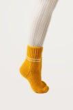 Kobieta iść na piechotę w białych pończochach i kolor żółty dziać skarpetach Fotografia Royalty Free