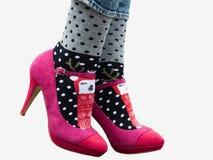 Kobieta iść na piechotę w eleganckich butach, jaskrawe, różnobarwne skarpety, fotografia royalty free