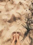 Kobieta iść na piechotę w piasku na plaży Plażowa fotografia przespacerowanie Vertical strzał zdjęcie stock