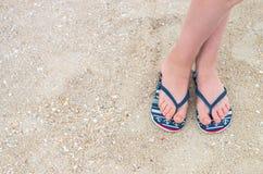 Kobieta iść na piechotę w plażowych kapciach na dennym piasku Zdjęcie Royalty Free