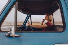 Kobieta iść samotnie na wycieczce samochodowej zdjęcie royalty free