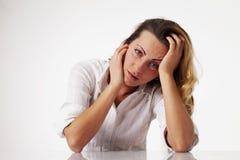 Kobieta iść szalony z pracą w biurze Niskie pensje, nadgodzinowy worek Obrazy Stock