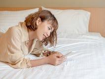 Kobieta i łóżko zdjęcie stock