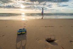Kobieta i buty na plaży Fotografia Royalty Free