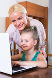 Kobieta i córka gawędzi online Fotografia Stock
