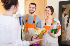 Kobieta i cleaning usługowi pracownicy Obrazy Royalty Free