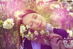 Kobieta i czereśniowy okwitnięcie - wiosna, magia Zdjęcia Royalty Free