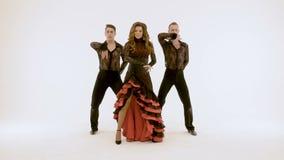 Kobieta i dwa mężczyzna, fachowi baletniczy tancerze, retro taniec na białym tle zbiory wideo