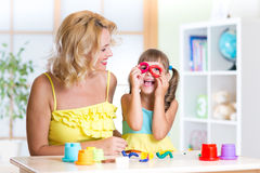 Kobieta i dzieciak zabawy rozrywkę robi handcraft w domu Obraz Stock