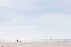 Kobieta i dziecko na plaży Bałtycki Obraz Stock