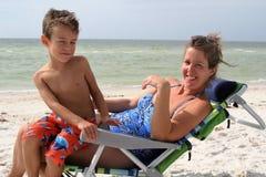 Kobieta i dziecko na plaży Fotografia Royalty Free